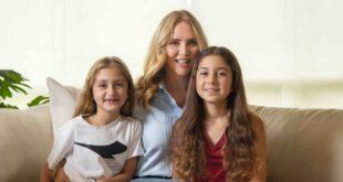 Angélica Fuentes acompañada de sus dos hijas