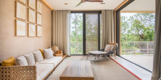 Interior en sala de estar del complejo corasol, tema de Hugo Salinas Sada